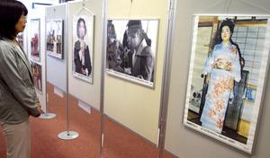 松本京子さんらの早期帰国を願って始まったパネル展=米子市東町
