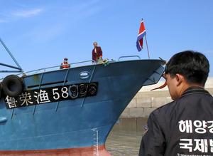 北朝鮮国旗を掲げた中国漁船=東亜日報提供
