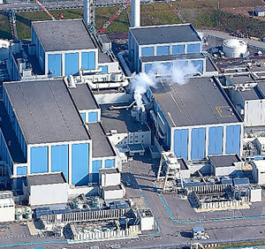 北陸電力志賀原発。左奥が雨水が入った2号機原子炉建屋=石川県志賀町、本社ヘリから