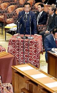 衆院TPP特別委で、民進党、共産党の議員が退席した後、謝罪の言葉を述べる山本農水相=19日午後、岩下毅撮影