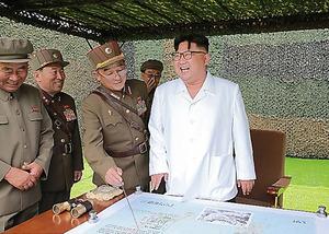 朝鮮人民軍戦略軍の弾道ミサイル発射訓練を視察する金正恩委員長。視察日は不明。朝鮮中央通信が9月6日に報じた=朝鮮通信