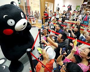 くまモンの登場で盛り上がる外国人観光客ら=9月30日午後3時、熊本市中央区、小宮路勝撮影