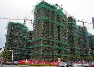 中国の地方都市では高級マンションの建設が進む=12日、安徽省合肥市