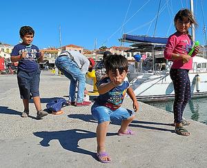 レスボス島の港で遊ぶシリア人難民の子供たち=山尾有紀恵撮影