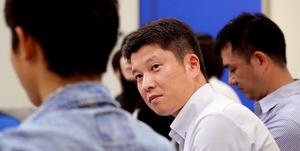 勉強会に招いた少年(左)が集まった人たちを前に、自身について語り始めた。その表情をじっと見つめ、聴き入る=名古屋市中区