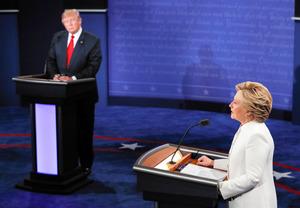 米ラスベガスで19日開かれた米大統領選の最後となるテレビ討論会で、共和党のトランプ氏(左)と討論する民主党のクリントン氏=AP