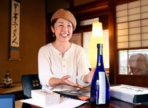 1本8万8千円の日本酒「夢雀(むじゃく)」について語る松浦奈津子さん=山口市、金子淳撮影