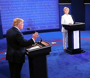 米ラスベガスで19日開かれた米大統領選の最後となるテレビ討論会に参加する民主党のクリントン氏(右)と共和党のトランプ氏=AP