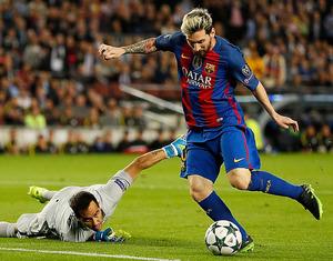 マンチェスター・シティー戦でGKをかわし、ゴールを決めるバルセロナのメッシ(右)。この日はハットトリックを達成した=ロイター