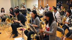 20年前の応援曲を練習する熊本工吹奏楽部の元部員たち=熊本市北区清水本町