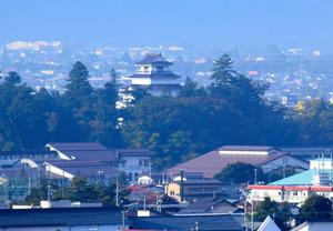 飯盛山から見た鶴ケ城天守閣=会津若松市一箕町八幡