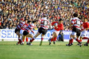 対サントリー戦で活躍する神戸製鋼の平尾誠二さん(写真中央)=1996年1月28日、東京・秩父宮ラグビー場で