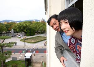 映画「この世界の片隅に」の主演の声を担当した俳優のんさん(右)と片渕須直監督=広島市中区、上田幸一撮影