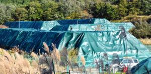 放射性物質の濃度が測定できない可能性があると指摘された汚染土の仮置き場=福島県内、伊沢健司撮影
