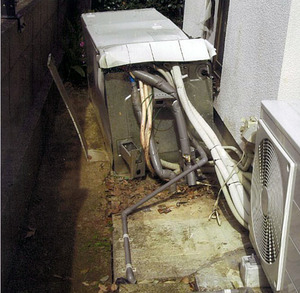 熊本地震で転倒した貯湯タンク(国民生活センター提供)