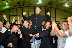 静岡)静岡高の鈴木選手、西武4位指名、「早く1軍に」