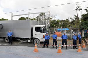 ヘリパッド移設の資材を搬入する県道沿いのゲート。大型トラックがバリケード代わりに使われている。反対派はこの付近で抗議活動を続けている=20日午後4時、沖縄県東村高江地区、小山謙太郎撮影