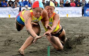 ビーチフラッグス女子で優勝した但野安菜(左)と2位の池谷雅美