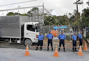 ヘリパッド移設の資材を搬入する県道沿いのゲート=20日、沖縄県東村高江地区