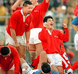 1995年1月、神戸製鋼の日本選手権7連覇に貢献した平尾誠二さん(右)