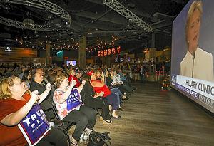 大統領選討論会の観戦イベントで、画面に登場したクリントン氏にブーイングをするトランプ氏支持者たち=19日、ラスベガス、ランハム裕子撮影
