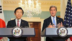 共同記者会見する米国のケリー国務長官(右)と韓国の尹炳世外相=19日、米ワシントンの国務省、東岡徹撮影