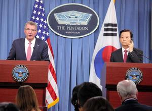 記者会見するカーター米国防長官(左)と韓民求・韓国国防相=20日、ワシントン、東岡徹撮影