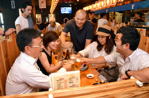 勉強会の終了後は会員同士の交流の場。乾杯して、互いの近況を報告し合う=8月1日、兵庫県西宮市、半田尚子撮影