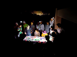 闇と静けさに包まれながら、筆を走らせる人たち=東京都八王子市の高尾山、岩下毅撮影