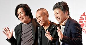 鼎談後、観客に手を振る3監督=いずれも韓国・釜山市