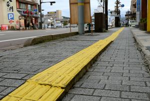 地震で隆起したとみられる、JR倉吉駅近くの歩道の点字ブロック=21日、鳥取県倉吉市、柏樹利弘撮影
