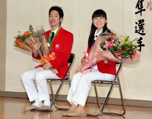 青森)水谷・福原両選手、青森市や母校にメダルを報告