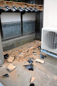 住宅の塀の瓦が落ちていた=21日午後4時ごろ、鳥取県湯梨浜町田後(たじり)、横山翼撮影