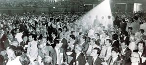 「沖縄・人-その広がりを求めて」をテーマに、世界のウチナーンチュ大会が、宜野湾市の沖縄コンベンションセンターをメイン会場に開かれた=1990年、宜野湾市・沖縄コンベンションセンター