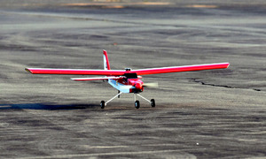 搭載したセンサーだけで自律着陸した模型飛行機=白老町