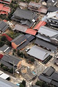 倒壊した家屋=21日午後5時8分、鳥取県北栄町、本社ヘリから、井手さゆり撮影