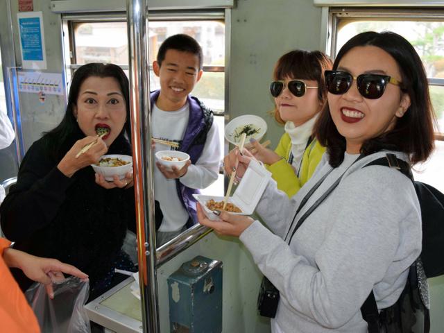 納豆を食べるタイからの旅行者ら