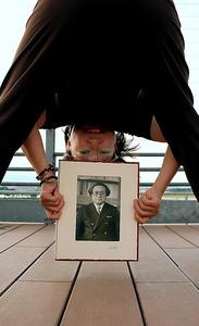 戦時中に股のぞき効果について研究した父、宮川知彰さんの写真を掲げる斎藤永子さん=仙台市