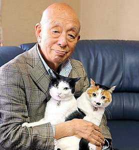 本紙の取材で愛猫とともにほほえむ吉田文雀さん。遺影に使われた=2013年