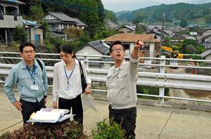 被災状況を確認する佐々木康彦さん(右)=19日午後、熊本県西原村