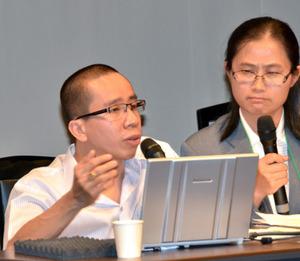 生い立ちや日本への思いを語るグエン・ドクさん(左)=東広島市西条栄町