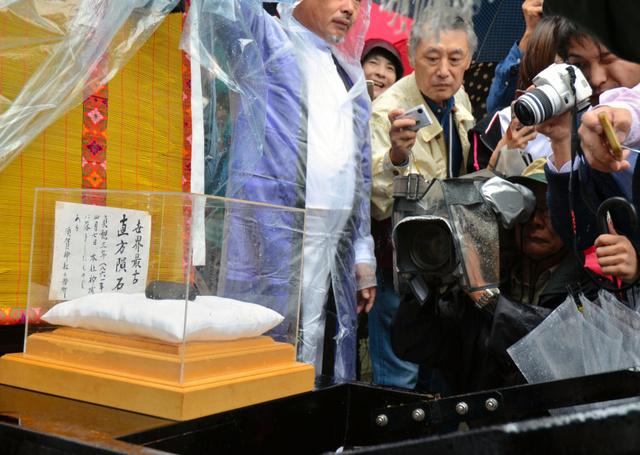 5年ぶりに公開された須賀神社の隕石(いんせき)=直方市