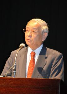 講演する宮本又郎・大阪大名誉教授=鹿児島市