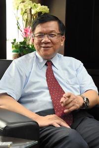 インタビューに応じる台湾の李世光・経済部長=鵜飼啓撮影