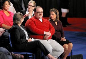 9日の米大統領選の討論会に参加したケン・ボーンさん(中央)=ロイター