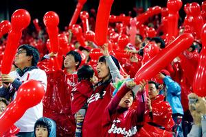七回の攻撃前に風船を飛ばす広島のファンたち=22日午後9時16分、広島市のマツダスタジアム、上田幸一撮影