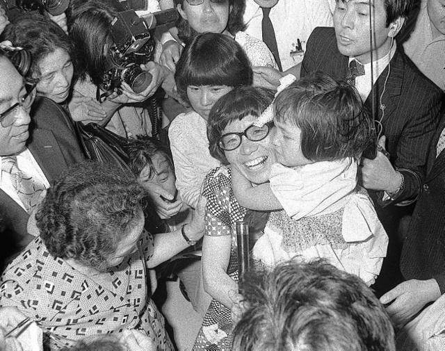 女性としてエベレストに初登頂し、帰国した羽田空港で長女の教子ちゃんを抱きかかえる田部井淳子さん=1975年6月8日