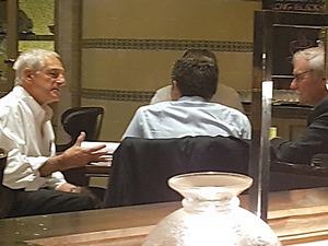 北朝鮮との協議を前に打ち合わせをするガルーチ元米国務次官補(左)ら=崔在雄撮影