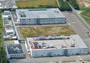 シャープの三原工場=4月、広島県三原市、朝日新聞社ヘリから、高橋一徳撮影