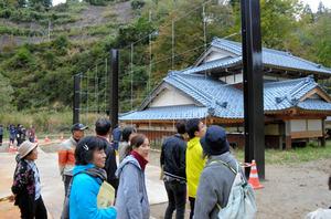 保存工事が終わった水没家屋を見学する住民たち=長岡市山古志地域木籠集落